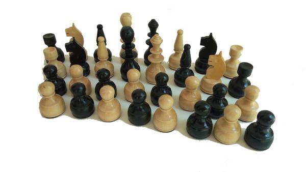 Фигури за шах, ръчно изработени в село Орешак